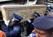 """Côte d'Ivoire: le corps du """"combattant"""" Cheick Tioté accueilli par ses """"frères"""" et supporteurs"""