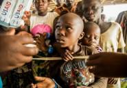 Par milliers, des Congolais traversent un lac pour fuir l'enfer