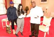 Kanye West offre des tennis blanches au président ougandais