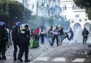 A Alger, malgré la tension, des manifestants tentent de fraterniser avec la police