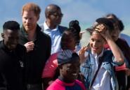 Par grand vent, l'étape caritative de Harry et Meghan sur une plage du Cap