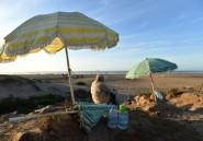 Au Maroc, des proches de naufragés attendent que l'océan leur rende les corps