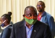 Afrique du Sud: le président rit de sa maladresse après un cafouillage sur le masque