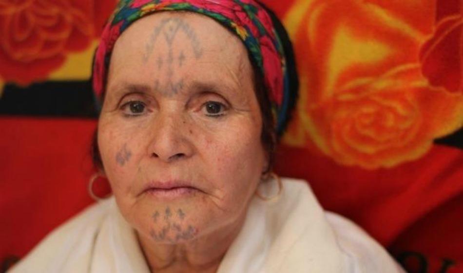 algérie: que signifient les tatouages traditionnels que portent les