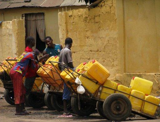 Des gens font la queue pour de l'eau, à Conakry, le 22 juin 2011 AFP Cellou Diallo