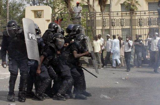 Des policiers anti-émeutes face à des manifestants à Dakar, ke 23 juin 2011 AFP Moussa Sow
