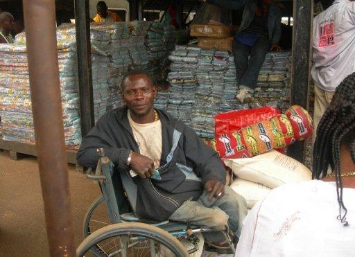Un homme en fauteuil roulant, au port de Brazzaville, le 1er juin 2011 au Congo AFP Patrick Fort