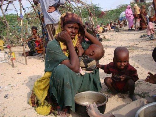 Une somalienne déplacée attend de l'aide humanitaire au sud de Mogadiscio, le 26 juin 2011 AFP Mustafa Abdi