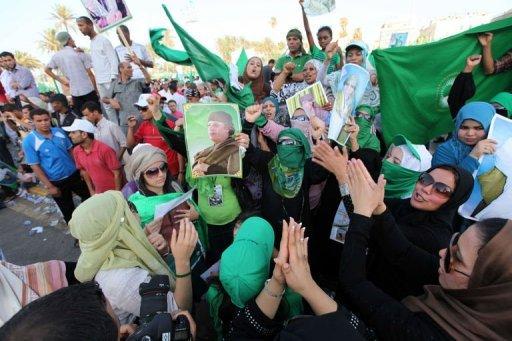 Rassemblement de partisans de Kadhafi dans le centre de Tripoli le 1er juillet 2011 AFP Mahmud Turkia
