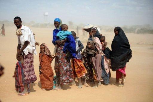 Des réfugiés somaliens attendent une distribution de nourriture au  camp de Dadaab, au Kenya, le 5 juillet 2011 AFP/Archives Roberto Schmidt