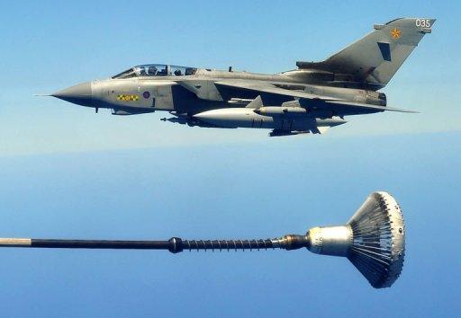 Un avion de chasse britannique s'apprête à être ravitaillé en vol au-dessus de la Méditerranée le 10 juillet 2011 dans le cadre de l'opération de l'Otan en Libye AFP Alberto Pizzoli