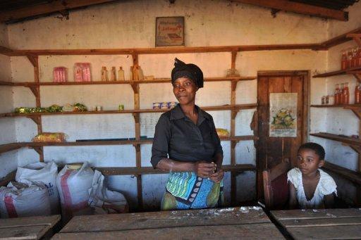 Gladys Josephat pose avec son enfant le 14 juillet 2011 dans sa boutique ouverte grâce au micro-crédit à l'extérieur de Lilongwe AFP Alexander Joe