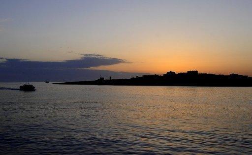 Un bateau approche le port de Lampedusa, le 12 avril 2011 AFP Filippo Monteforte