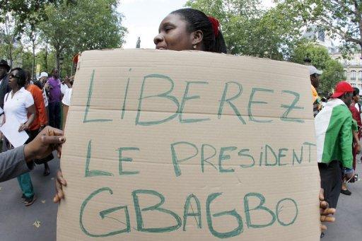 Des manifestants pro-Gbagbo, réclament la libération de l'ex-président de Côte d'Ivoire le 2 juillet à Paris. AFP/Archives Francois Guillot