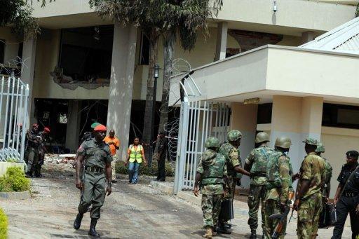 Des soldats devant le bâtiment de l'ONU touché par un attentat, le 27 août 2011 à Abuja, au Nigeria AFP Pius Utomi Ekpei