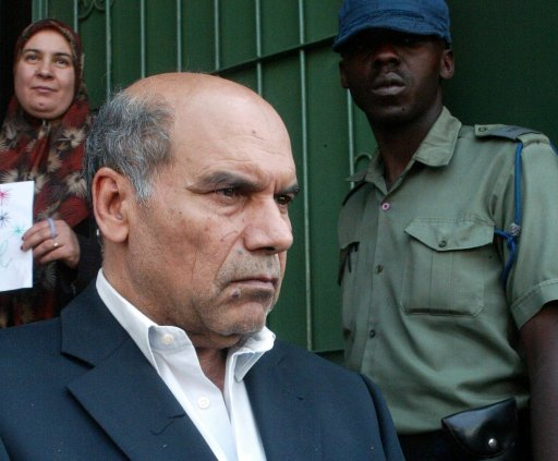 L'ambassadeur de Libye au Zimbabwe, Taher Elmagrahi, le 24 août 2011 à Harare devant son ambassade AFP/Archives Jekesai Njikizana