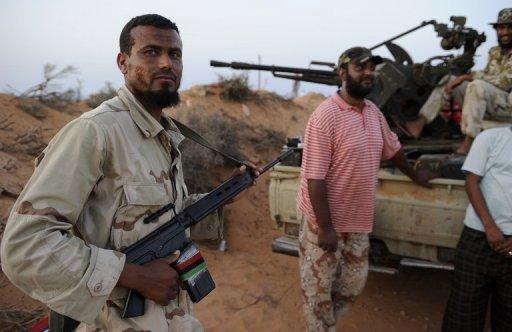 Des rebelles libyens près dela ligne de front, à Umm Khanfis, à 80 km à l'est de Sirte, le 4 septembre 2011 AFP Eric Feferberg