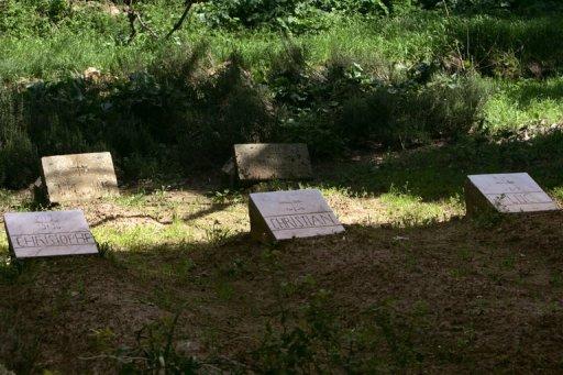 Les tombes de trois des 7 moines de Tibéhirine assassinés en 1996, le 22 mars 2006 à Médéa, en Algérie AFP/Archives Fayez Nureldine