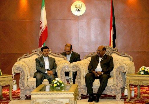 Le président iranien Mahmoud Ahmadinejad (g) et son homologue soudanais Omar el-Béchir, à Khartoum, le 26 septembre 2011 AFP Ashraf Shazly