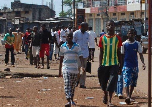 Des personnes marchent dans une rue de Conakry, le 28 septembre 2011 en Guinée AFP Cellou Binali