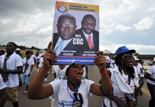 Des militants du Congrès pour le changement démocratique scandent des slogans dans une rue de Monrovia, le 7 octobre 2011. AFP Issouf Sanogo