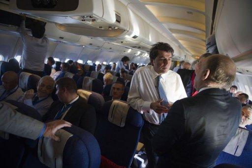 Pierre Lellouche dans l'avion emmenant des industriels français le 12 octobre 2011 en Libye AFP Lionel Bonaventure