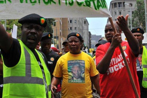 Julius Malema (C) et des jeunes de l'ANC manifestent à Johannesbourg le 27 octobre 2011 AFP/Archives Alexander Joe