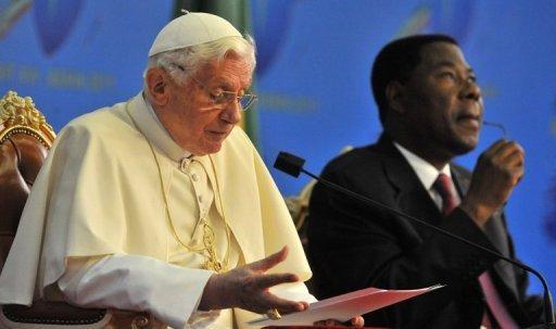Le pape Benoît XVI et le président du Bénin Yayi Boni (D), le 19 novembre 2011 à Cotonou AFP Issouf Sanogo