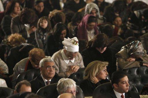 Des Coptes prient à la cathédrale Abbassiya du Caire le 6 janvier 2012 AFP Mohammed Abed
