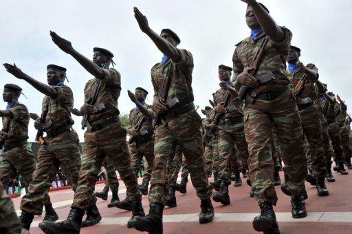 Des soldats de l'armée ivoirienne pendant un défilé militaire le 7 août 2011 à Abidjan AFP/Archives Issouf Sanogo