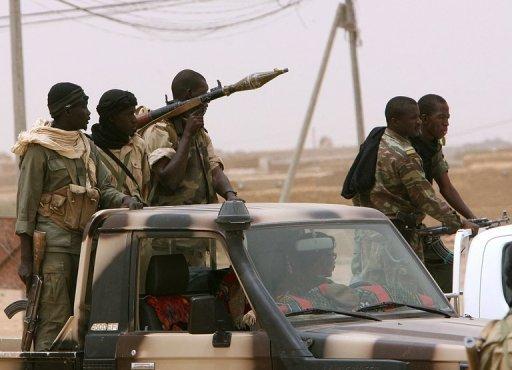 Des soldats patrouillent dans une ville du nord du Mali, en 2006, après une attaque de rebelles touaregs. AFP/Archives Kambou Sia