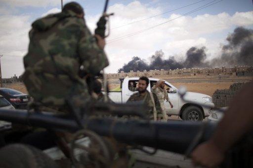 Combats à l'entrée de Bani Walid entre pro-CNT et partisans de Kadhafi, le 17 octobre 2011 en Libye AFP/Archives Marco Longari