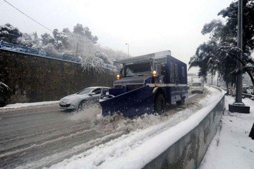 Un chasse-neige déblaie une route le 4 février 2012 à Alger. AFP/Archives Farouk Batiche