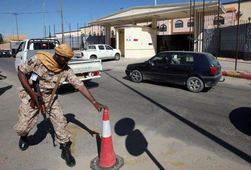 Un membre des forces de sécurité libyennes monte la garde devant la cour d'appel de Tripoli le 10 avril 2012 AFP Mahmud Turkia