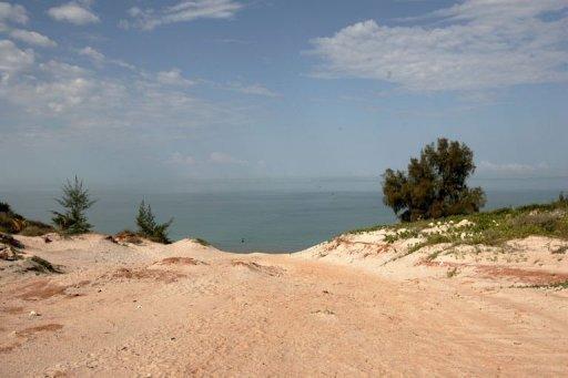 Vue datée du 27 août 2006 de la plage de Tuléar, à Madagascar, où travaillait le couple de Français Gérald Fontaine et Johanna Delahaye, qui ont été retrouvés morts AFP/Archives Alexander Joe