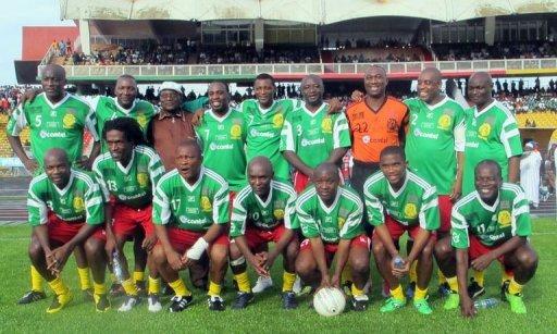 Des joueurs et anciens joueurs camerounais posent avant un match de gala organisé à Yaoundé dans le cadre du jubilé des frères François Omam et André Kana Biyik, le 26 mai 2012. AFP