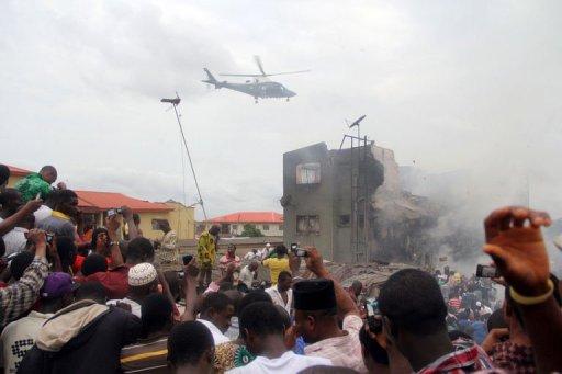 Un hélicoptère au-dessus de l'endroit où un avion de ligne s'est écrasé à Lagos le 3 juin 2012 AFP Emmanuel Arewa