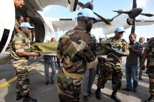 Des soldats des Nations Unies transportent les corps des Casques bleus nigériens tués la veille dans une attaque contre des villages du sud, le 9 juin 2012 à l'aéroport d'Abidjan, en Côte d'Ivoire AFP/Archives