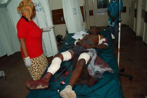Un membre du personnel médical de l'hôpital général Coast veille sur une personne grièvement blessée dans un attentat à la grenade survenu le 24 juin dans un bar de la ville kényane côtière de Mombasa (sud) le 24 juin 2012 AFP