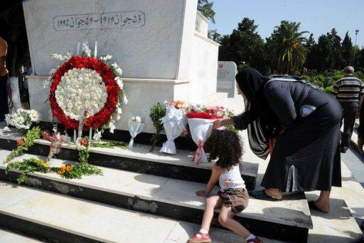 Des Algériens déposent des fleurs sur la tombe de l'ancien président Mohamed Boudiaf le 29 juin 2012 à Alger AFP Farouk Batiche