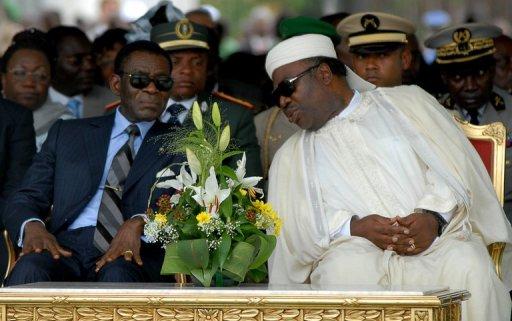 Le président de Guinée équatoriale Teodoro Obiang Nguema (g) et celui du Gabon Ali Bongo à Libreville, le 16 septembre 2011 AFP/Archives Xavier Bourgois