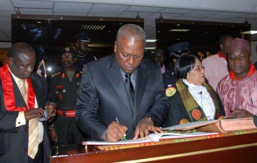 Le vice-président du Ghana, John Dramani Mahama, signe des documents au Parlement, le 24 juillet 2012 à Accra AFP Adadevoh David