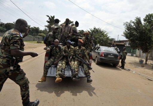Des soldats des Forces républicaines patrouillent à Bingerville, près d'Abidjan, le 6 août 2012 AFP Issouf Sanogo