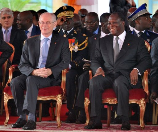 Le président ivoirien Alassane Ouattara (d) et le président de l'Union européenne Herman Van Rompuy assistent à un défilé militaire pour le 52e anniversaire de l'indépendance de la Côte d'Ivoire, le 7 août 2012 à Abidjan AFP Issouf Sanogo