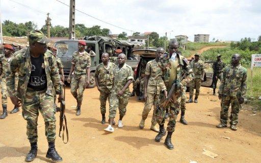 Des soldats des Forces républicaines de Côte d'Ivoire (FRCI) en patrouille, le 6 août 2012 à Bingerville, près d'Abidjan AFP/Archives Issouf Sanogo