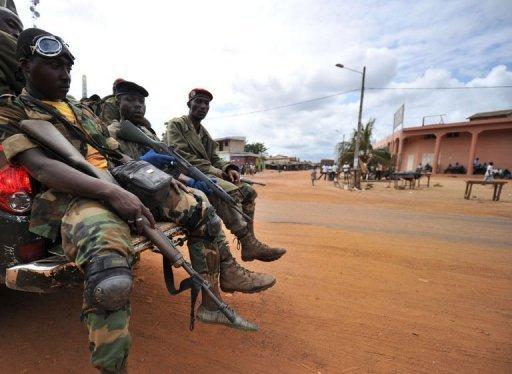 Des soldats des Forces républicaines (FRCI) patrouillent dans les rues de Dabou, en Côte d'Ivoire, le 16 août 2012 AFP Sia Kambou