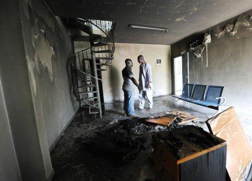 Deux journalistes visitent le siège du journal ivoirien Le Temps à Abidjan, le 19 août 2012, au lendemain d'un incendie criminel AFP Sia Kambou