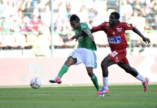 L'attaquant gabonais de Saint-Etienne Pierre-Emerick Aubameyang (g) contre Brest le 26 aôut 2012 à Saint-Etienne AFP/Archives Thierry Zoccolan