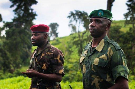 Le lieutenant-colonel Vianney Kazarama (d), porte-parole du M23, le 3 juin 2012 dans la province du Nord-Kivu, en RDC AFP/Archives Melanie Gouby