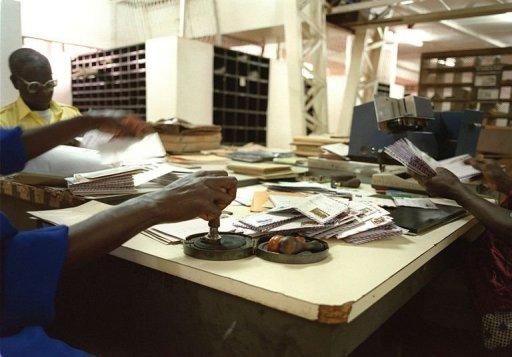 Des employés de la Poste à Ouagadougou AFP/Archives Jean-Philippe Ksiazek